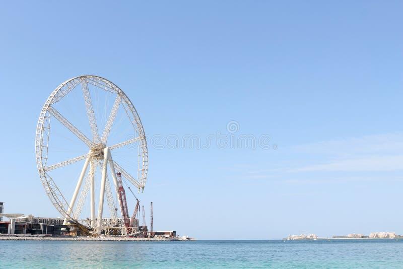 Gigantyczny ferris koło ono buduje blisko Dubaj Marina zatoki Listopad 23, 2017 Dubaj, UAE 2009 amerykańskiego auto odwracalnego  obraz stock