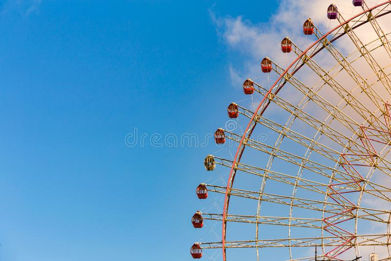 Gigantyczny ferris koło przeciw niebieskiemu niebu i biel chmurniejemy zdjęcia stock