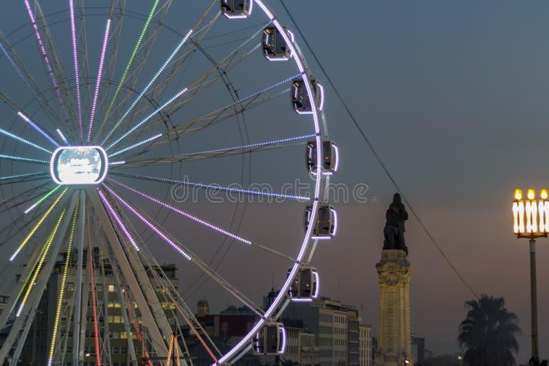 Gigantyczny ferris koło przy półmrokiem w Lisbon obrazy royalty free