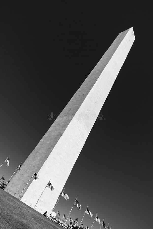 Gigantyczny obelisk w washington dc, usa, z jasnym niebem w tle - czarny i biały obrazy stock