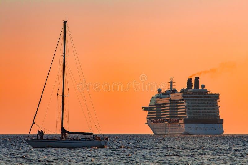 Gigantyczny statek wycieczkowy przy zmierzchem zdjęcia royalty free