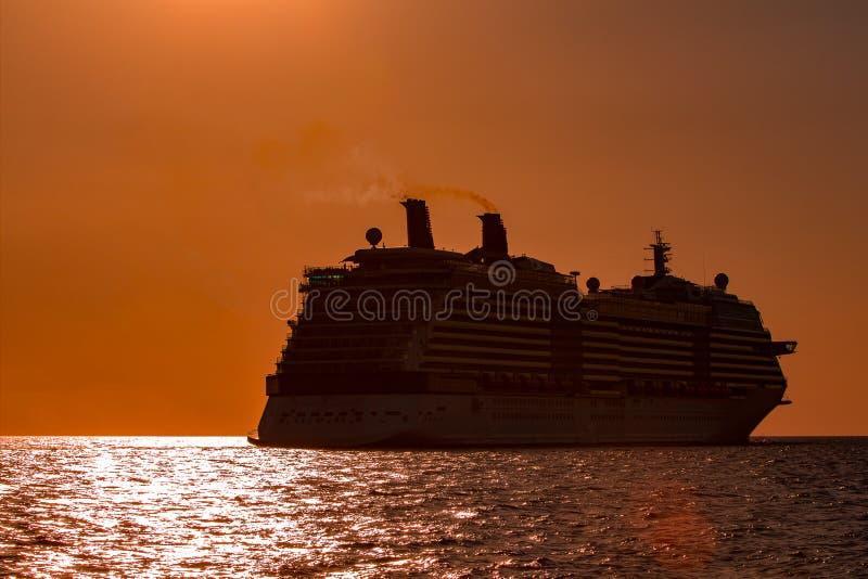 Gigantyczny statek wycieczkowy przy zmierzchem zdjęcie royalty free