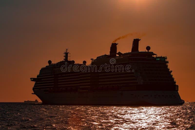 Gigantyczny statek wycieczkowy przy zmierzchem obraz stock