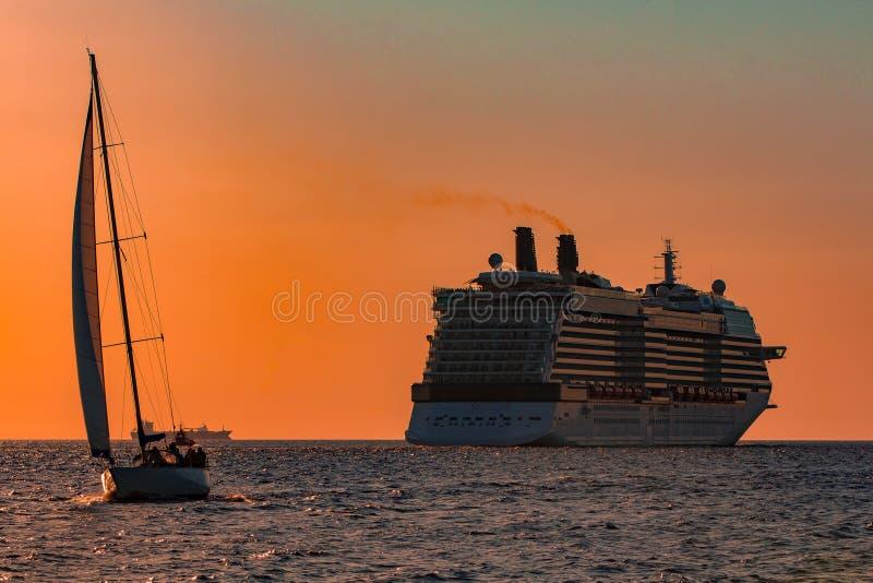 Gigantyczny statek wycieczkowy przy zmierzchem fotografia stock