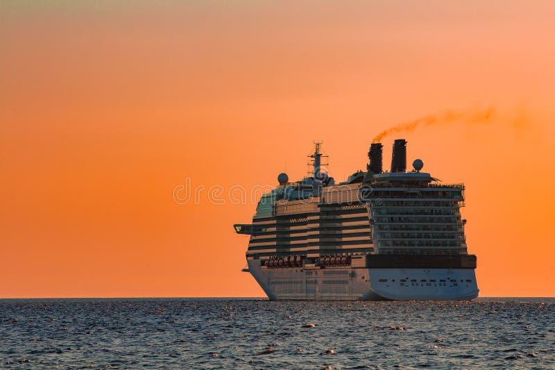 Gigantyczny statek wycieczkowy przy zmierzchem obraz royalty free