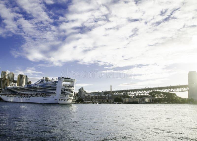 Gigantyczny statek wycieczkowy w Sydney schronieniu w pięknym dniu z zadziwiającym chmurnym niebem zdjęcia stock