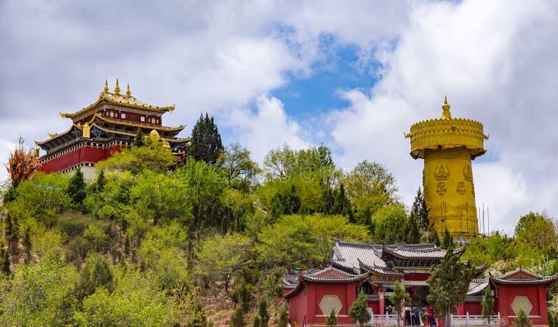 Gigantyczny tibetan modlitewny koło i Zhongdian świątynia - Yunnan privince, Chiny zdjęcia stock