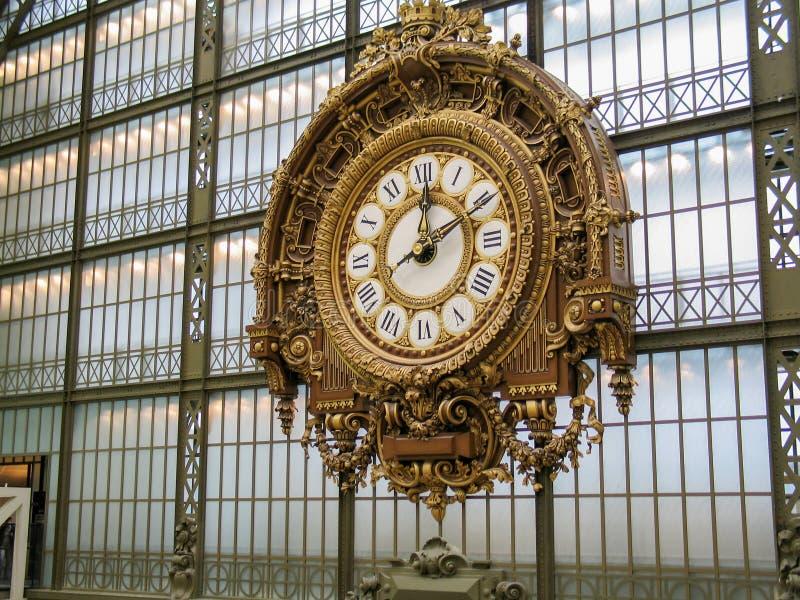 Gigantyczny Złoty zegar przy ścianą Musee d «Orsay fotografia royalty free