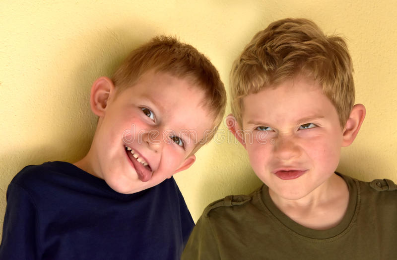 Giggly siblings royalty-vrije stock afbeelding