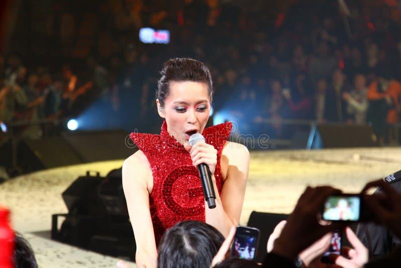 Gigi Leung exécute sur l'étape à son concert photographie stock