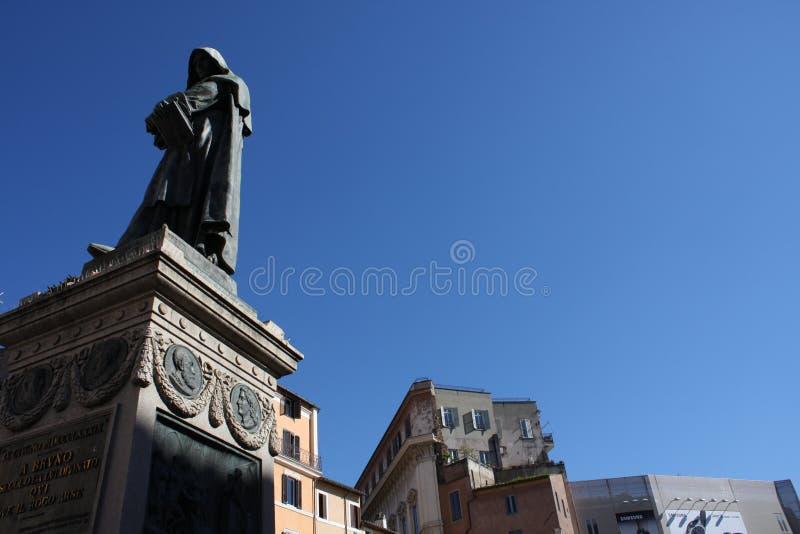 Giiordano Bruno Statue Campo DE ` Fiori Rome Italië Bruno was gebrand afvallig op het spel staand in Campo DE ` Fiori Standbeeld  royalty-vrije stock foto's