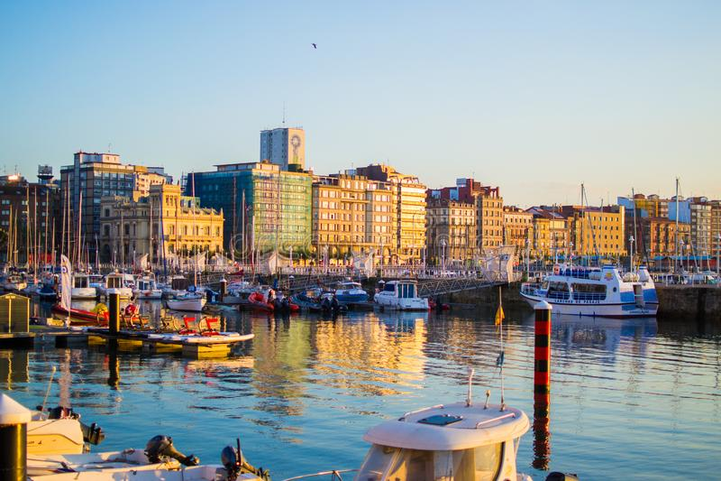 Gijon, Asturias, Hiszpania; 09/26/2018: Zmierzch w doku Gijon, Asturias, Hiszpania Odbicia łodzie w wodzie obrazy royalty free