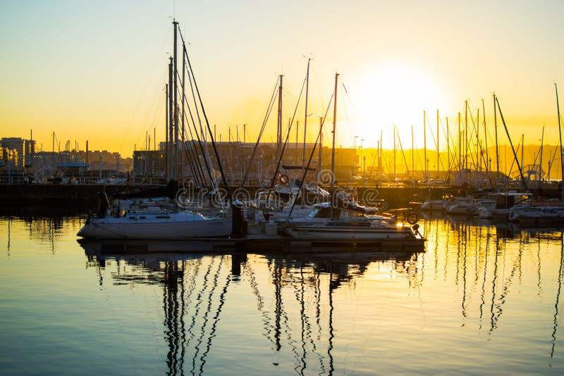 Gijon, Asturias, Hiszpania; 09/26/2018: Zmierzch w doku Gijon, Asturias, Hiszpania Odbicia łodzie w wodzie fotografia stock