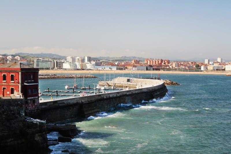 Gijon jachthaven en de pijler, Spanje royalty-vrije stock afbeelding
