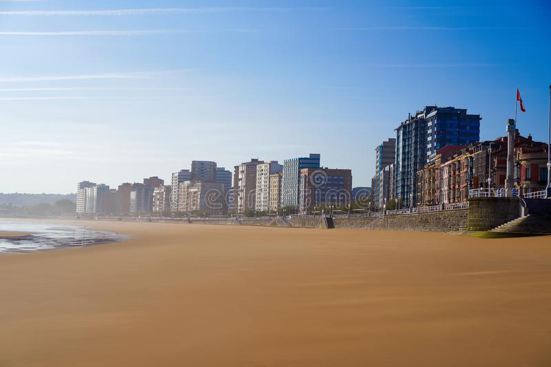 Gijon playaSan Lorenzo strand Asturias Spanien royaltyfri fotografi