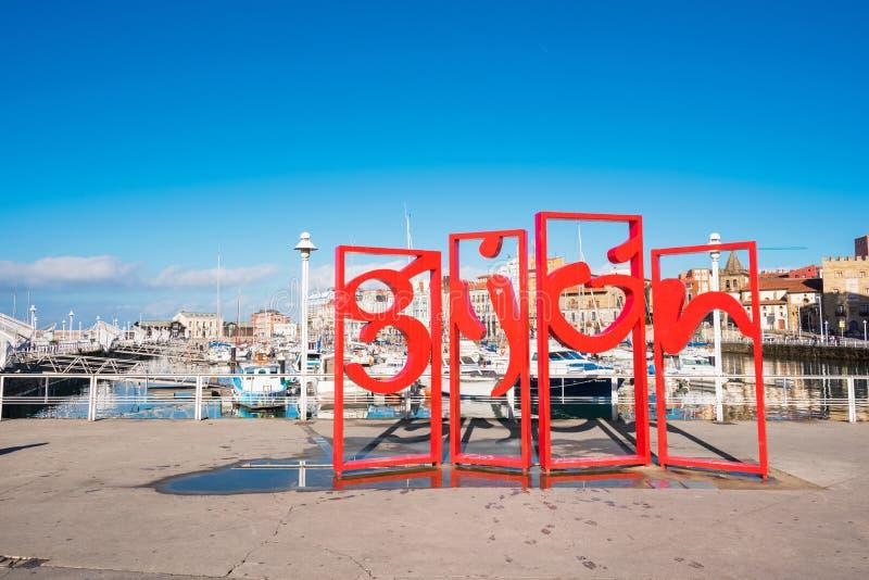 Gijon, Spanje - November 19, 2018: Beroemd rood symboolmonument in jachthaven van Gijon, Asturias, Spanje stock foto