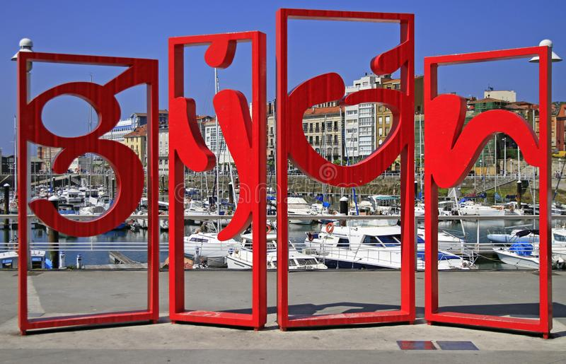 Gijon symbool rood monument in het centrum van stad, Spanje royalty-vrije stock afbeelding