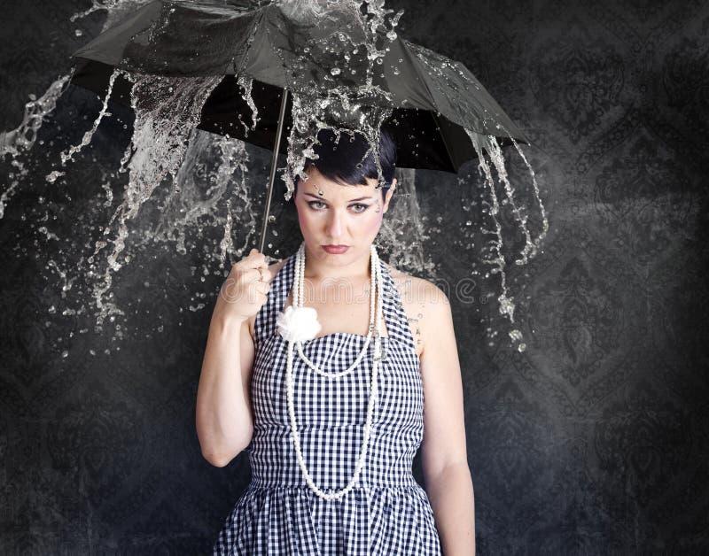 Gil bonito com guarda-chuva em um estado deprimido foto de stock