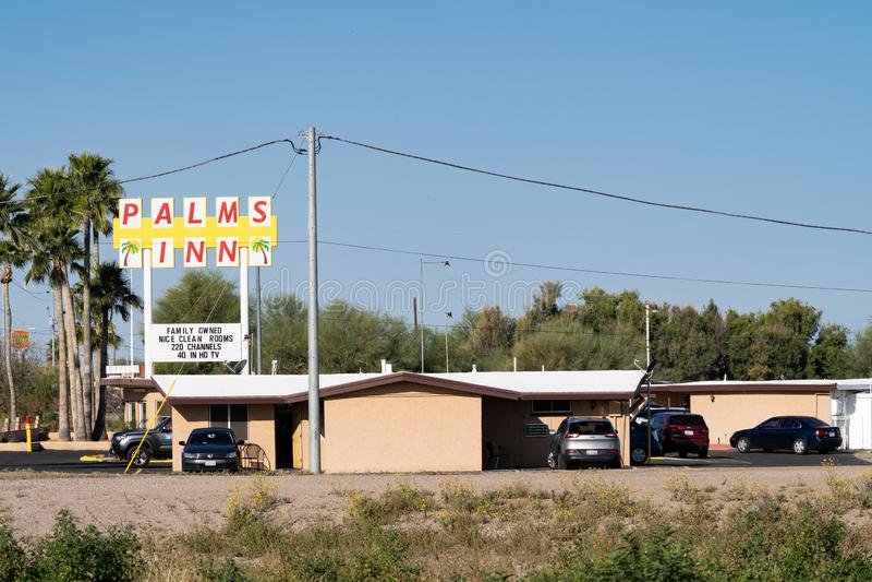 Gila Bend, Arizona - le motel d'auberge de paumes, un établissement possédé par la famille pour des voyageurs sur US-8 L'hôtel a image stock