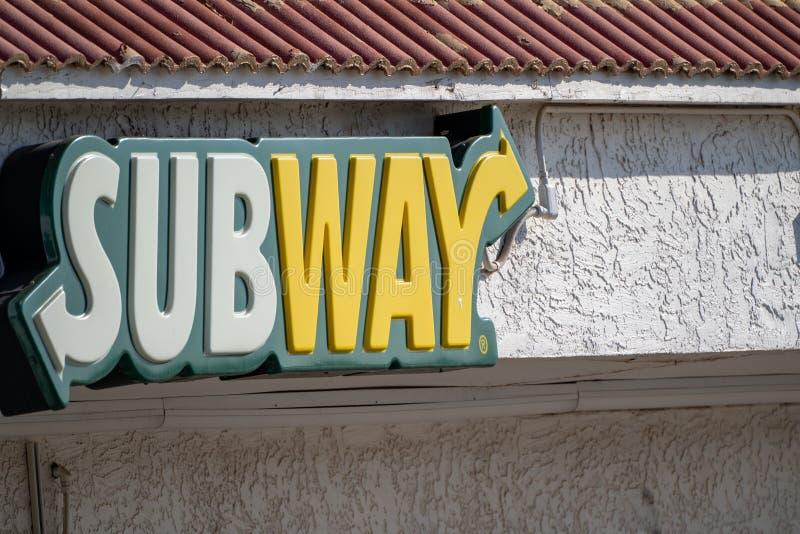 Gila Bend, o Arizona - fim acima do sinal para um restaurante do fast food do sanduíche do metro imagem de stock royalty free