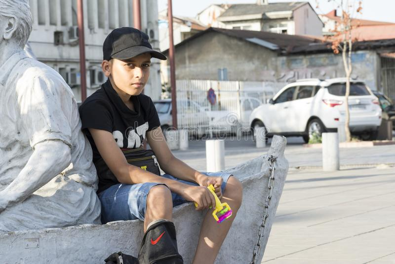 Gilan省卖泡影制造商的一个年轻少年的伊朗6月10日2019年画象在街道 库存照片