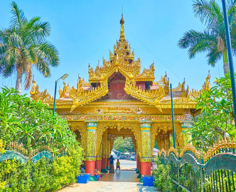 Gilden portar av den Kyauktawgyi templet i Mandalay, Myanmar royaltyfri foto