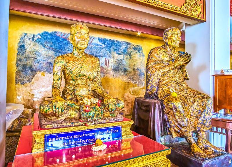 Gilden skulpturer av munkar i den Sala Rai relikskrin av den Wat Pho templet, Bangkok, Thailand royaltyfri bild