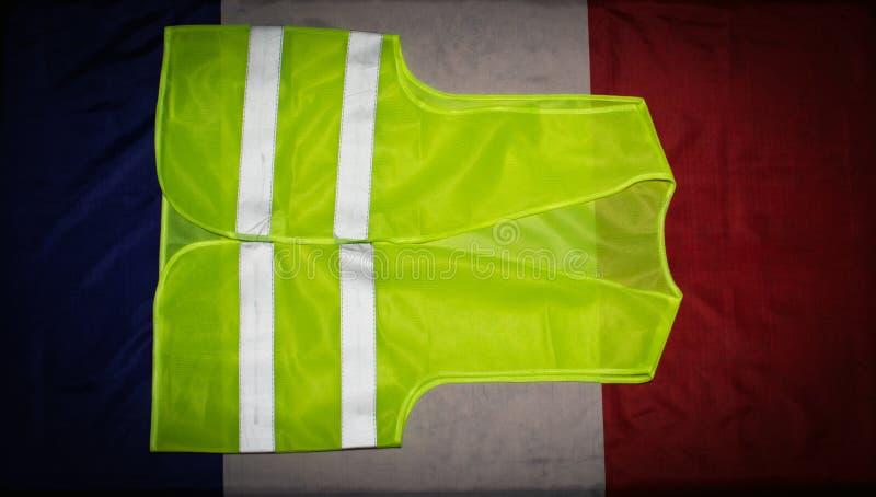 Gilet jaune sur le drapeau français images stock