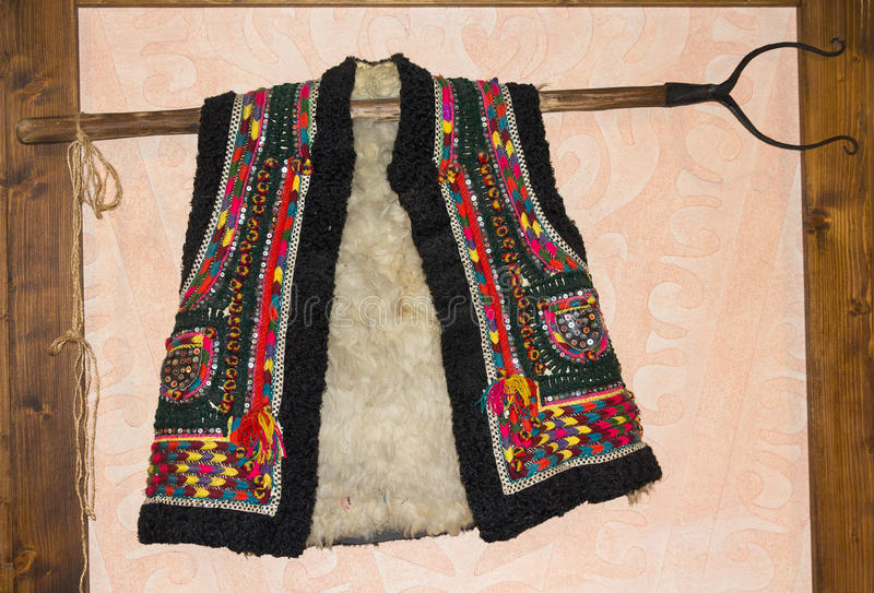 Gilet traditionnel de peau de mouton de hutsul accrochant sur le mur photos stock