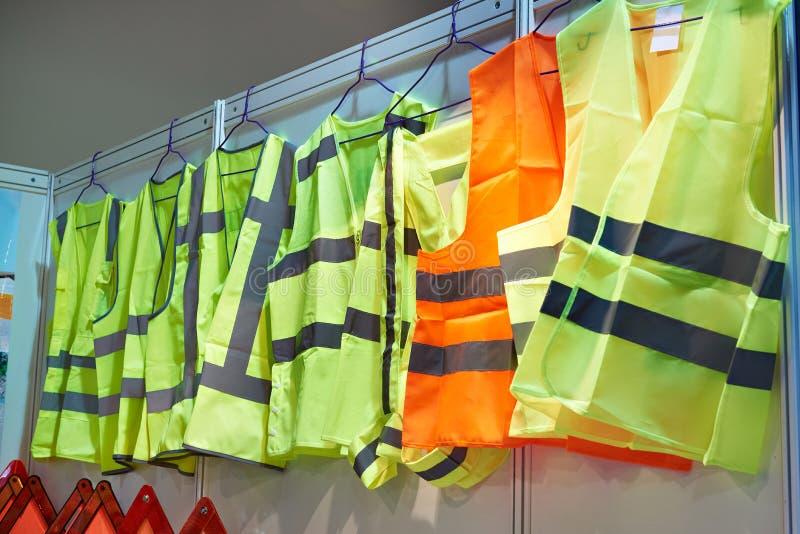 Gilets colorés et réfléchissants pour des conducteurs et travailleurs image libre de droits
