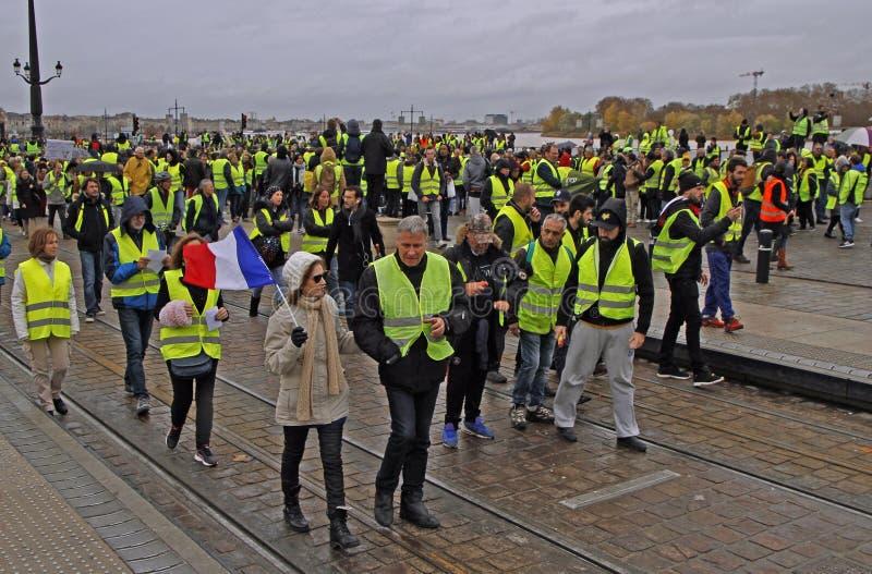 Gilets jaunes de démonstration contre des impôts d'augmentation sur l'essence image libre de droits