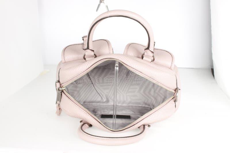 Gili Blush Pink Leder Rucksack und Kupplung, Bambus White Leder Rucksack mit weißem Hintergrund stockfotografie