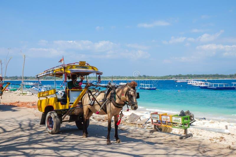 Gili Trawangan, Lombok/Indonesia - septiembre 11,2017: El carro del caballo en la isla de Gili Tranwagan, Gili Islands ha prohibi imagen de archivo