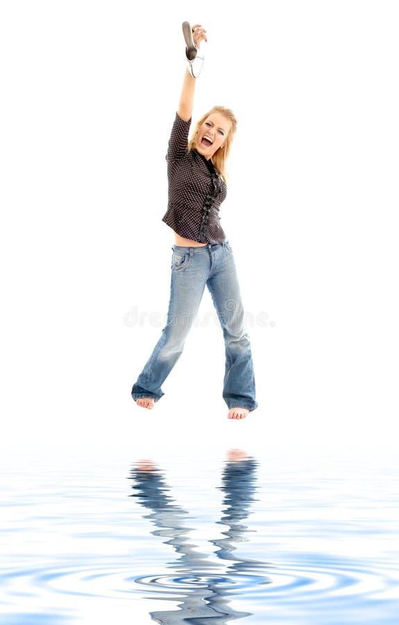 Gillen blond met schoen op wit zand stock afbeeldingen
