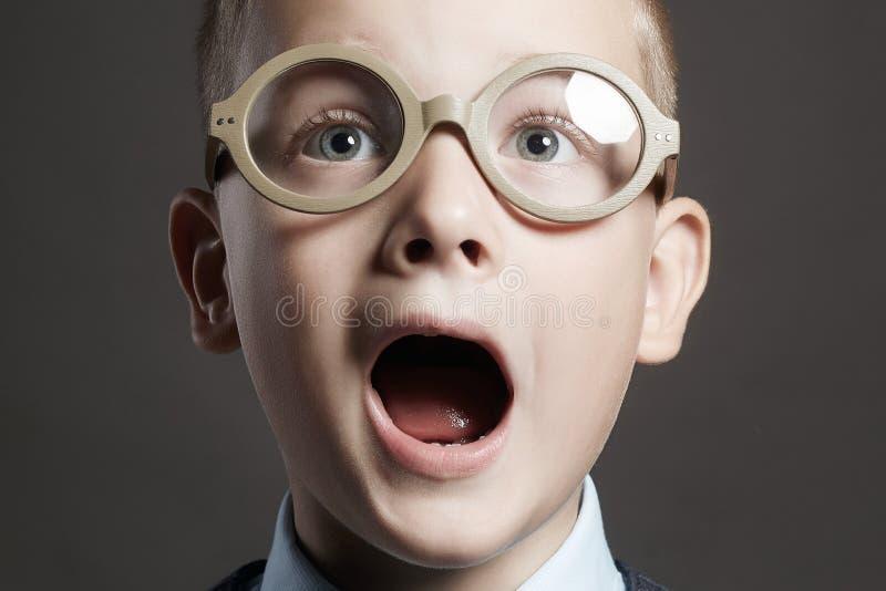 Gillend kind in glazen Grappig Jong geitje stock foto