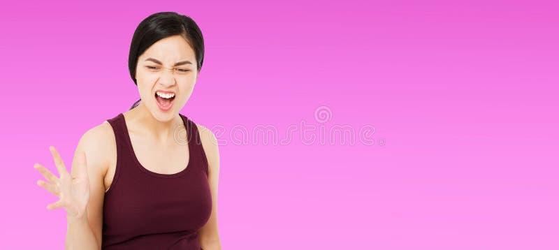Gillende jonge Koreaanse, Aziatische die vrouw op purpere achtergrond, menselijke emotie, exemplaarruimte wordt geïsoleerd royalty-vrije stock foto
