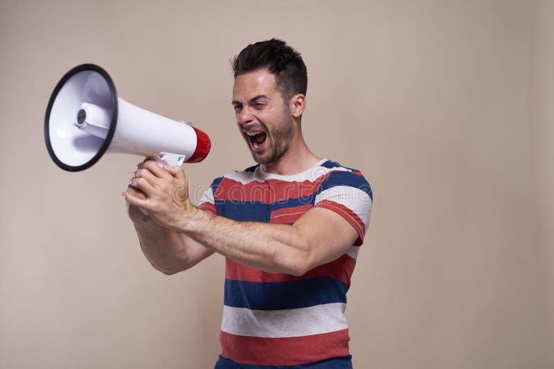 Gillende mens met megafoon in studioschot royalty-vrije stock foto