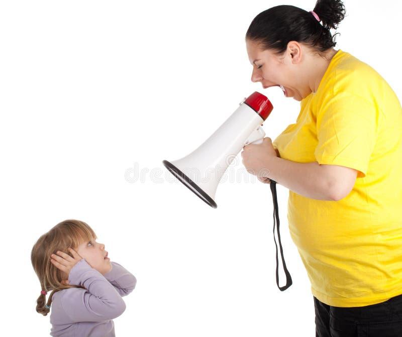 Gillende vette moeder met megafoon en meisje royalty-vrije stock afbeelding