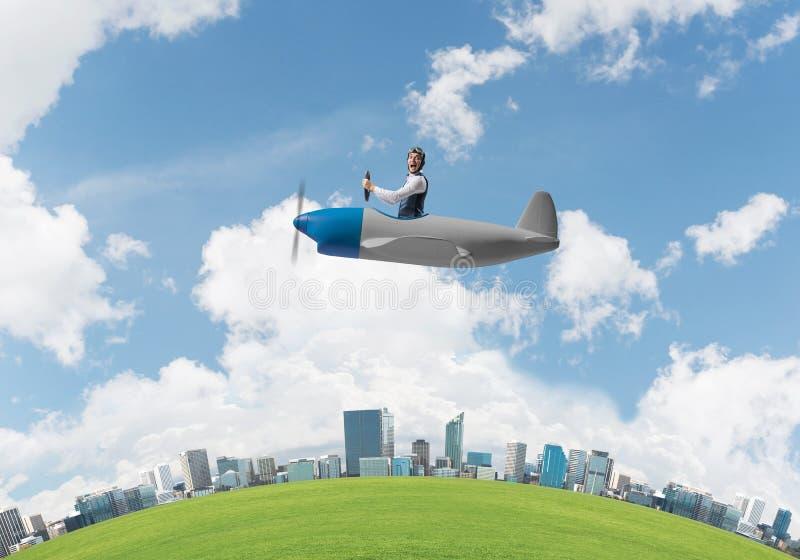 Gillende zakenman in leerhelm het vliegen royalty-vrije stock fotografie