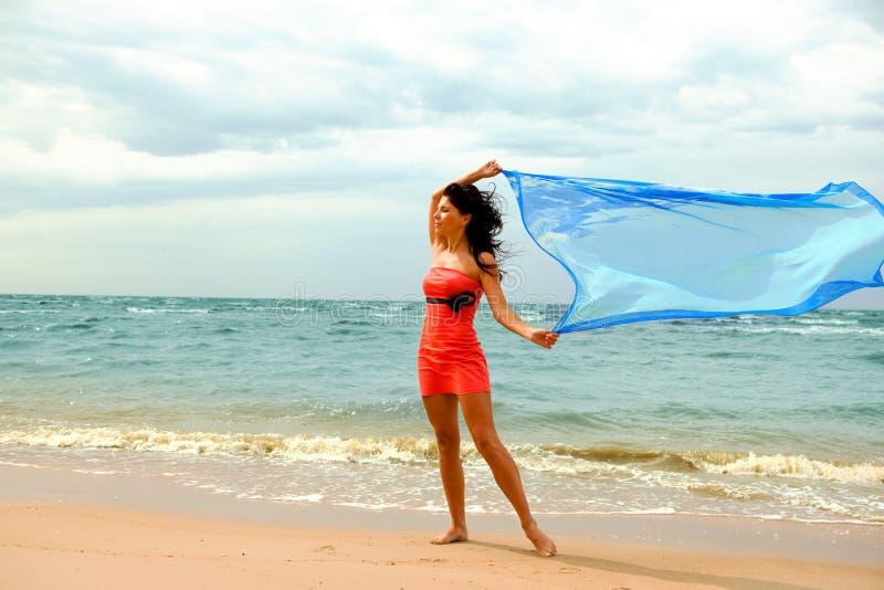 Gilr in de wind op het strand royalty-vrije stock fotografie