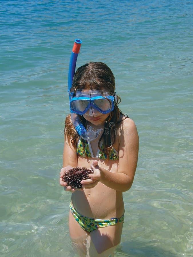 Gilr im Meer mit Tauchensschablone und Seeigel lizenzfreies stockfoto