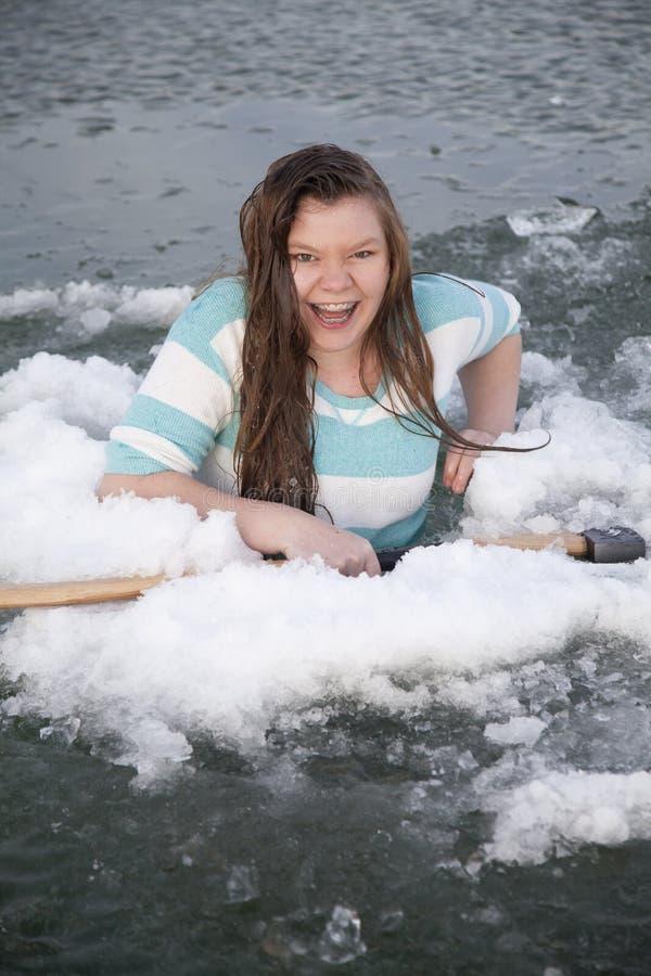 Gilr na posse do gelo com riso do machado fotografia de stock