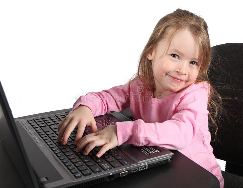 Gilr unter Verwendung der Laptop-Computers stockfotos