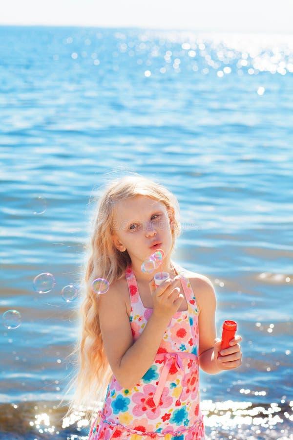 Gilrl mit Seifenblasen auf Küste lizenzfreies stockbild