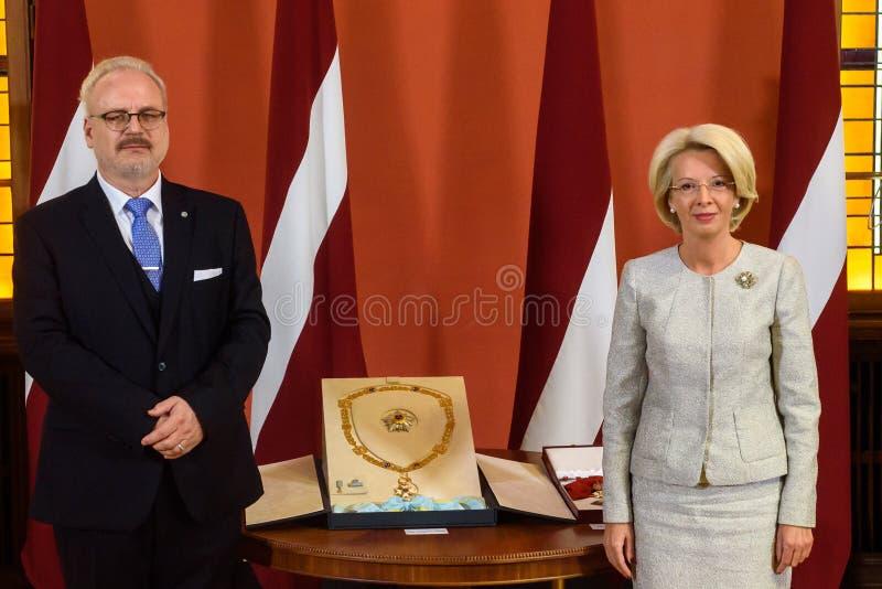 Gils Levits, eleito recentemente presidente do orador de Letónia e de Inara Murniece R do parlamento letão imagem de stock