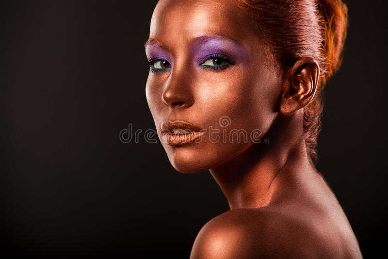 gilt Κινηματογράφηση σε πρώτο πλάνο προσώπου της χρυσής γυναίκας Φουτουριστική επιχρυσωμένη σύνθεση Χρωματισμένος χαλκός δερμάτων στοκ εικόνα