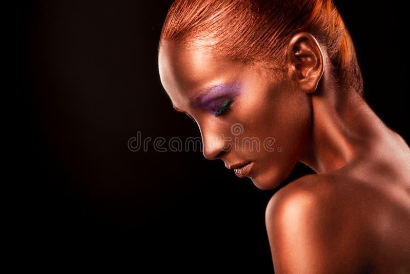 gilt Close up da cara da mulher dourada Composição dourada futurista Bronze pintado da pele fotografia de stock royalty free