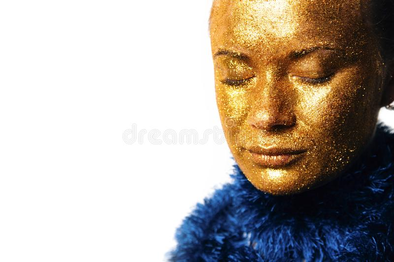 Gilt Golden Woman's Face Closeup Futuristisches Schminken stockfotos
