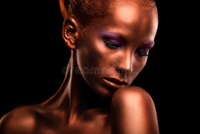 gilt Primer de la cara de la mujer de oro Maquillaje dorado futurista Bronce pintado de la piel imagen de archivo libre de regalías