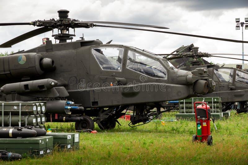 GILZE-RIJEN, PAÍSES BAJOS - 20 DE JUNIO DE 2014: Helicóptero de ataque AH-64 Apache con cohetes en los días reales de la Fuerza A imagenes de archivo